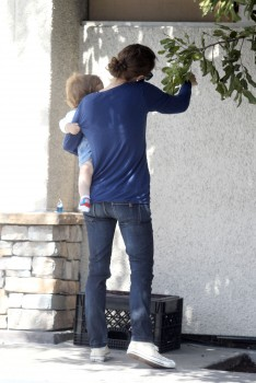 Natalie Portman - Candids out in Los Angeles | March 28, 2012 | 6x HQ